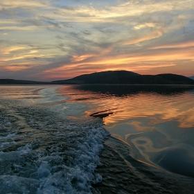 На границата между ноща и деня, въздуха и водата, спокойното и бурното