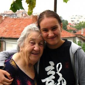 Две... (две усмихнати момичета,с две поколения разлика)