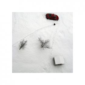 Стъпки по все още белия сняг. Кратък е зимния ден.
