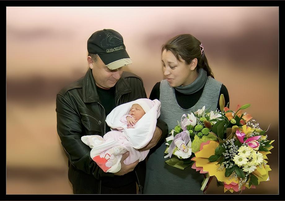 Днес 5.11.2011 едно щастливо семейство си прибра от Майчин дом второто съкровище-Мария.Да е жива и здрава !И много радост да носи на Митето и Оксанка!