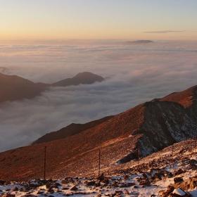 Мъглата - безмълвно студена, настъпва с вечерния мрак.