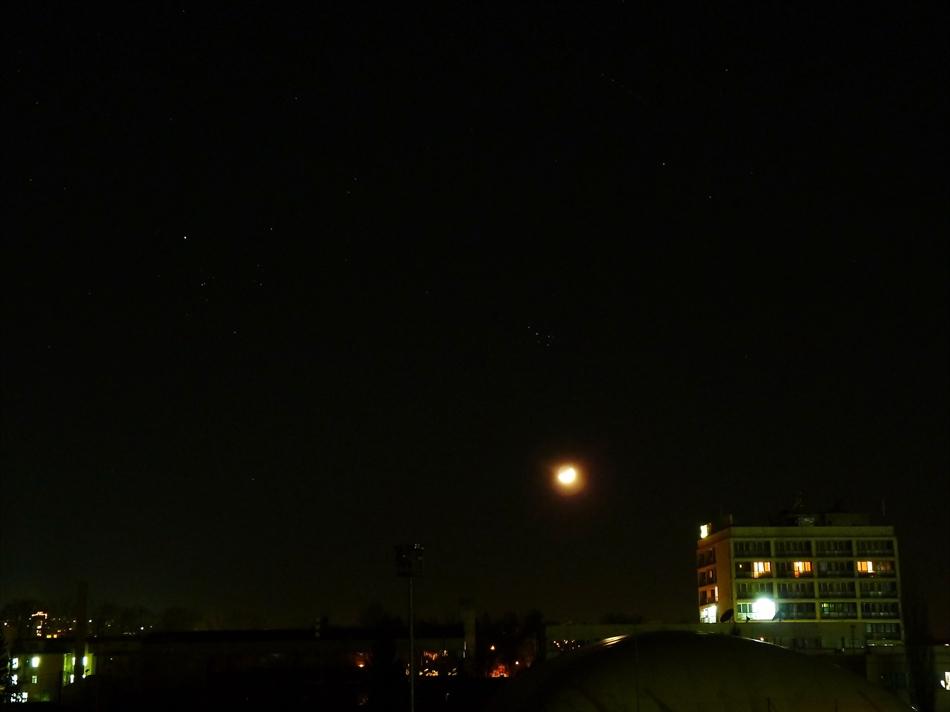 Луната тази вечер с пръснатите звездни купове Плеяди/над нея/и Хияди/вляво/