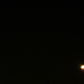 Луната тази вечер с пръснатите звездни купове Плеяди/над нея/и Хияди/вляво/2