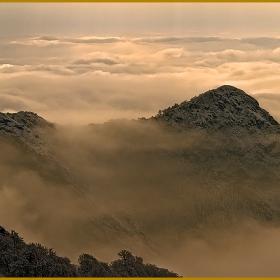 Планинското е,  в пелена обгърнато, а над облаците се разстила нежността..- mountain Stara Planina.