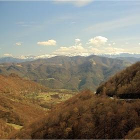 ...тук весели долини, там планини гиганти,  земята пълна с цвете, небето със брилянти