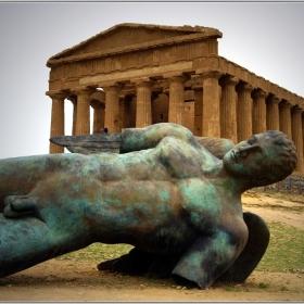 Скулптура на Игор Миторай в Долината на храмовете - Агридженто, Сицилия. Зад фигурата е Храмът на съгласието