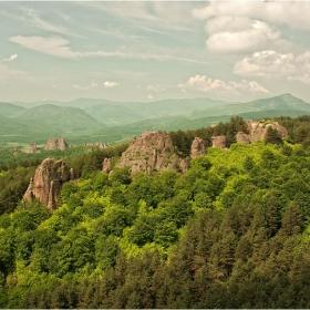 Вятър подухва,гората разлистя,легенди нашепват тези скали