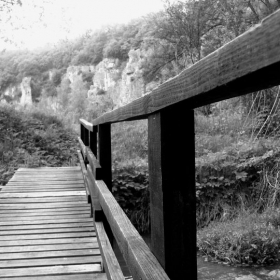 По мост от нежност  мечтите бели пътуват