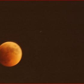 Началото на лунното затъмнение на 15.06.2011 (22h13min); EXIF: F6, 10s, -1.67eV, 300mm