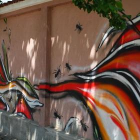 Една красиво изрисувана ограда...!
