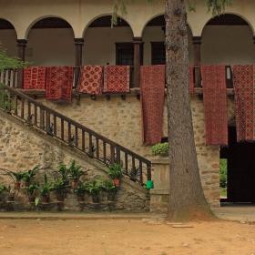 в двора на Мъглижкия манастир