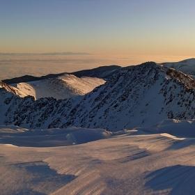 На хоризонта планината се избистря съвършена, поетична, лъчиста...