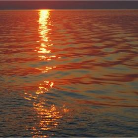 Копринен, червен залез в Егейско море