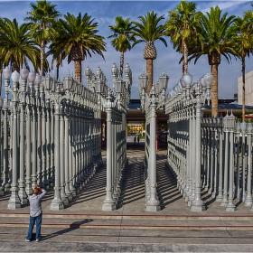 Urban Light на Chris Burden (пред Los Angeles Museum of Art) - 202 стари, изляти от чугун, улични лампи от Los Angeles и района около града. Вечер те светят използвайки акумулирана слънчева енергия.