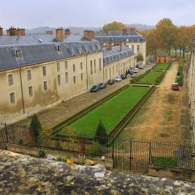 Да надникнем в задния двор на двореца