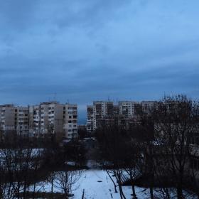 Блоковете и синьото небе