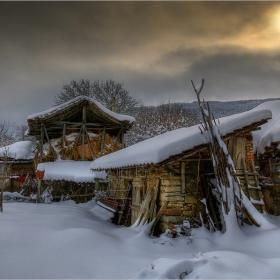 Снежен зимен сън заспало село, сънувайки край стоката притихнала... тук там прилайват само кучетата...