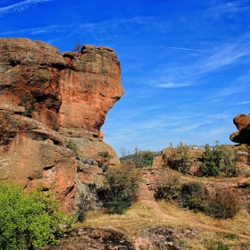 Поглед към каменните фигури