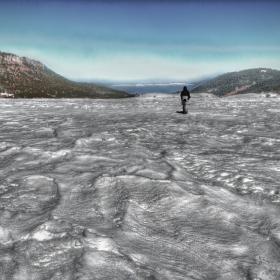 По великата зимна река