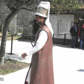 Еничар пред двореца Топкапъ сарай в Истанбул