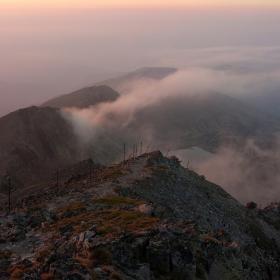 Рядка мъгла се спускаше бавно над низините, оставяйки се да бъде погълната от тъмнината!