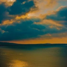 Сутрин тръгвал със кораба стар, в ясно време и буря опасна. Следвал дръзко той всяка вълна, както следва се глас на сърцето... Не копнеел за дом и жена - страст едничка била му морето.