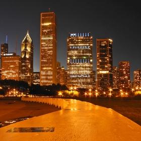 Нощен Чикаго през обектива на едно малко фотоапаратче