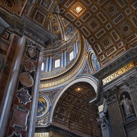 """Базиликата """"Свети Петър"""" /Basilica Sancti Petri/ - детайли от ръка"""