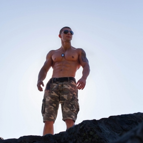Петър Петров, 21г. Натурален бодибилдър и персонален фитнес инструктор, е доказателство, как с лоялност, постоянство и години труд, може да се постигне върховна форма. Един истински пример за младежите.