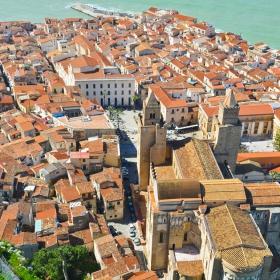 Изглед към Чефалу, Сицилия.