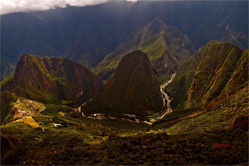 Machu Picchu in Peru  От връх Machu Picchu 3051м. поглед към Изгубеният град на инките  Мачу Пикчу на кечуа  machu pikchu  превод Стар връх.