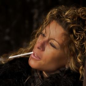 Пушенето е вредно, но пък цигарата и отива!