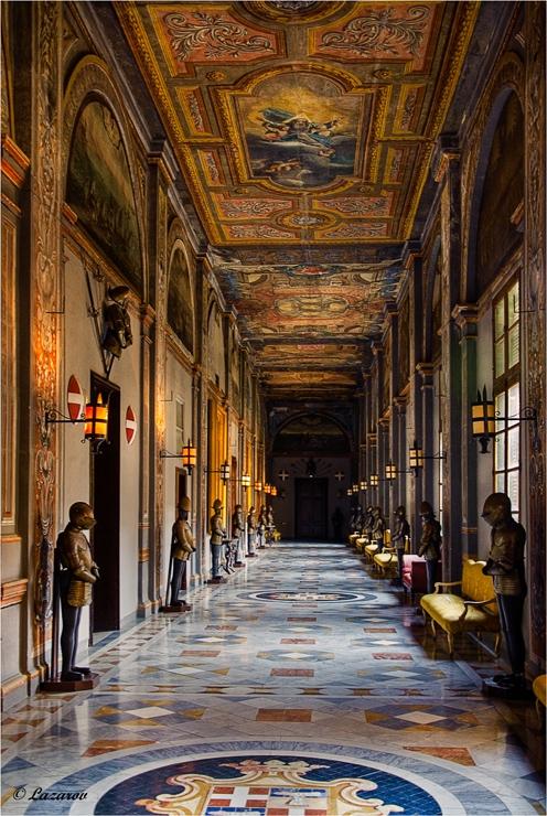 По коридорите на двореца на Великият Магистър