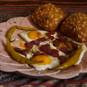 ергенски обяд,яйца ,салам тип хамбурски,салам сух тип ловджийски,чушки лти чорбаджийски,и две хлебчета ръжени с тиквени сенки