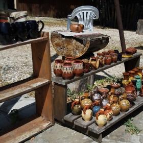 Импровизиран магазин на открито пред  Гложенския манастир
