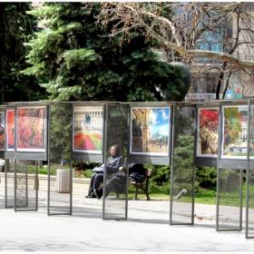 Изложбата на elina в градинката пред Военния клуб