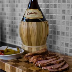 свинско по сиромашки,малко свинско много пипер малко сол малко вино и две три чорбаджийски чушки,скромно и вкусно