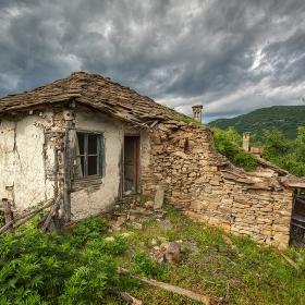 Домове забравени, пътеки обрасли...