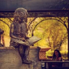 Четящото момиченце от кафе
