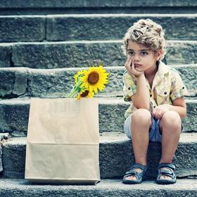 """"""" Знам една планета с един червендалест господин. Той никога не е помирисвал цвете. Никога не е поглеждал звезда. Никога не е обичал никого. Никога не е правил друго, освен сметки. Цял ден повтаря като теб:"""