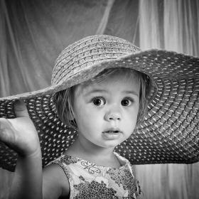 Малката Симона и голямата шапка