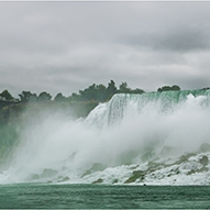 От дясно на ляво водопадите Bridal Veil и American Falls (на моста се намира ГКПП САЩ - Канада)