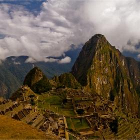 Photo by Илийчо Machu Picchu in Peru - руините на Мачу Пикчу и извисилия се над тях mt. Huyana Picchu 2720 m.
