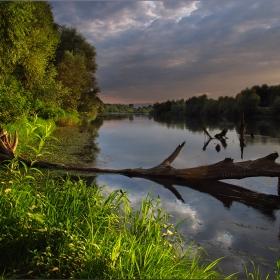 И днес реката съзерцавам, но нощта отново се задава, от теб писмо в бутилка очаквам да доплава, това ще е моята наслада!