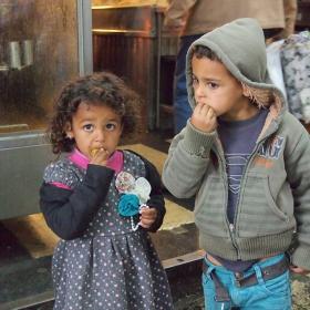 Деца ядат маслини на пазара в Йерусалим