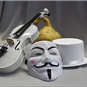 Соната за цигулка, кратуна, маска и цилиндър... :)