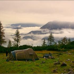 Към края на един дъждовен ден в базовия лагер