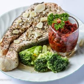 Задушена сьомга с чесън и розмарин, с гарнитура от доматен сос и задушени зеленчуци