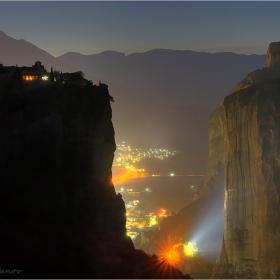 Нощем край манастира...