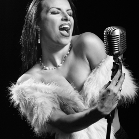 Портрет на пеещо момиче.